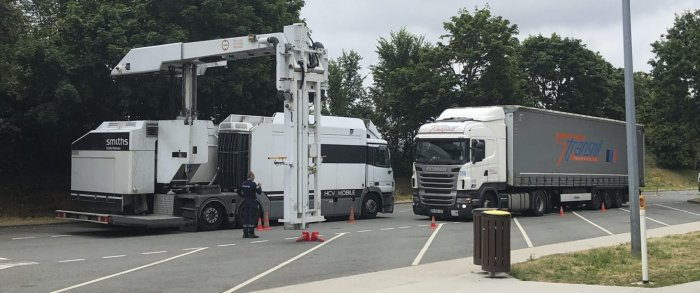 Cargo truck about to be screen with the HCVM. Image courtesy of mention Ouest-France.